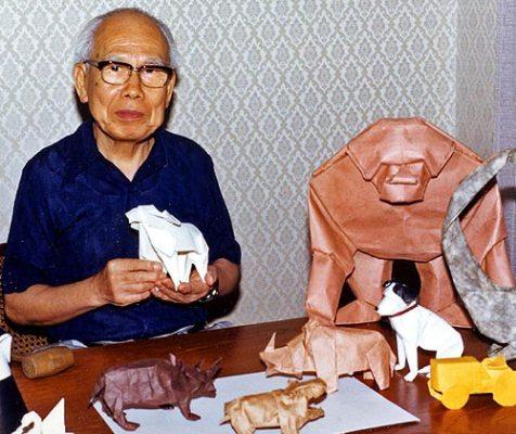 Akira Yoshizawa tra i suoi origami
