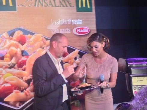 Belen assaggia la pasta Barilla da McDonald's