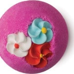 Bomba da bagno rosa con fiori
